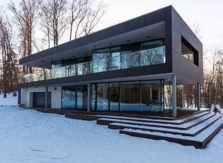 Arhitekta Kaspara Bramaņa projektētā elegantā privātmāja Daugmalē