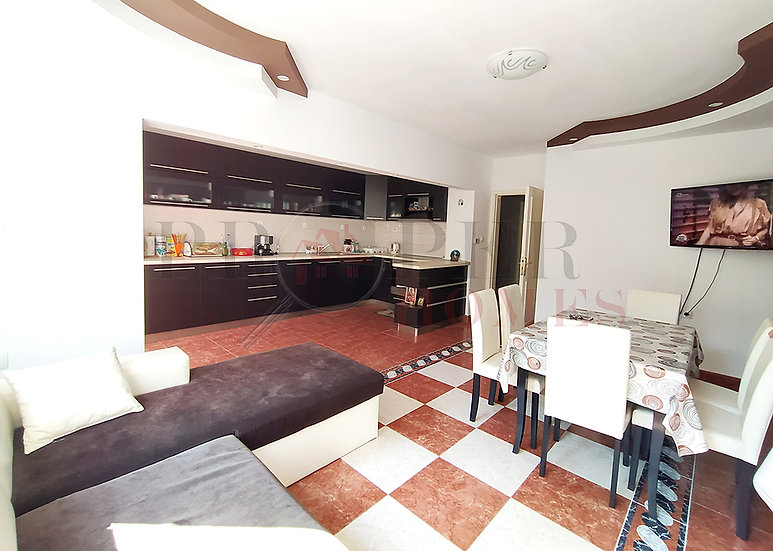 Луксозен Апартамент с Три Спални за Продажба