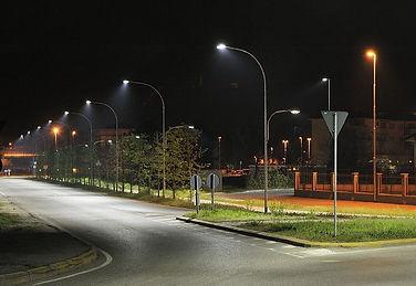хорошо освещённая улица ночью