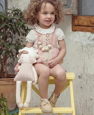 Muñeca utilizada en una sesión de fotos de ropa infantil