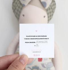 Todas las muñecas llevan una tarjeta con su número y fecha de creación