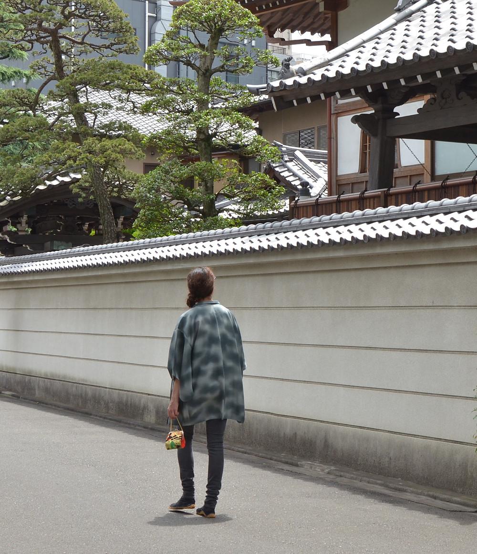 Jeune femme occidentale portant un haori, veste kimono, Tabitabiya boutique japonaise