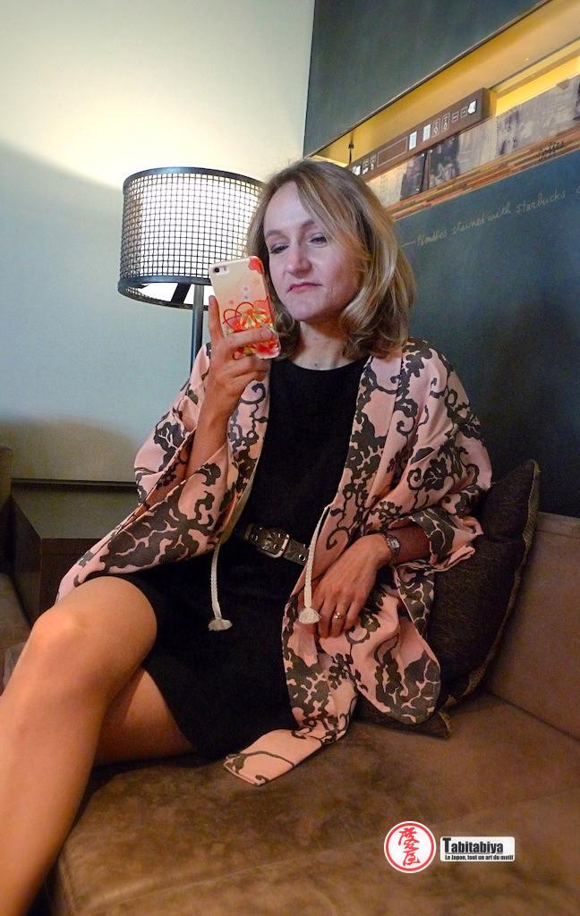 femme portant un haori, veste kimono, dans un café