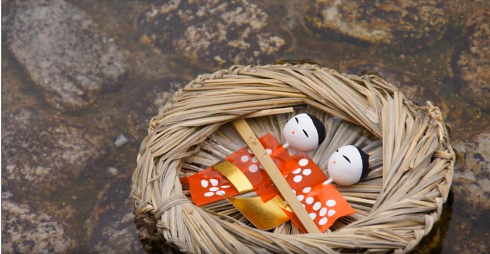 Nagashi-Bina poupées japonaises que l'on fait dériver sur l'eau pour Hina-Matsuri, la fête des petites filles au Japon