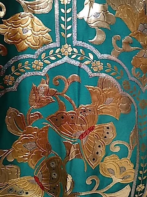 papillon doré sur un uchikake