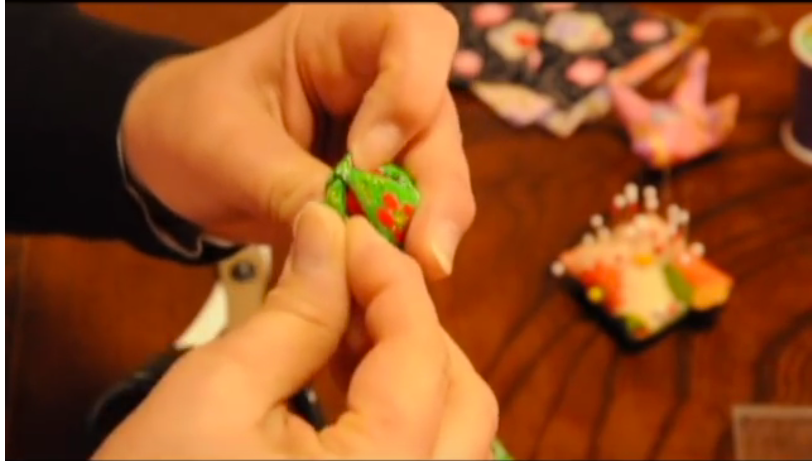 Vidéo Youtube sur la fabrication d'ornements de tsurushi-bina, dans la région d'Inatorin dans la préfecture de Shizuoka, au Japon
