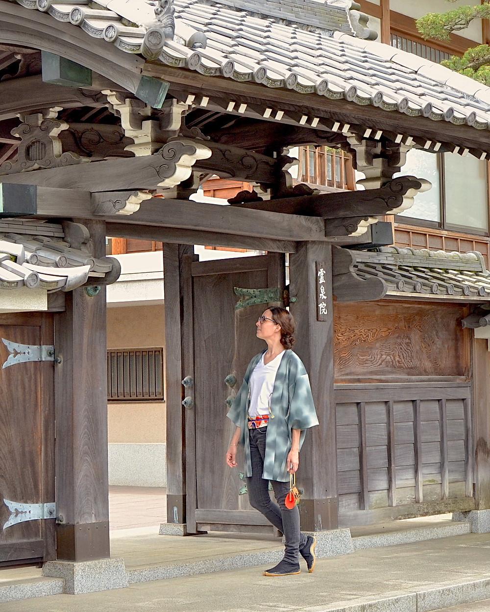 Femme portant un haori, veste kimono, devant un temple à Tokyo, Tabitabiya boutique japonaise