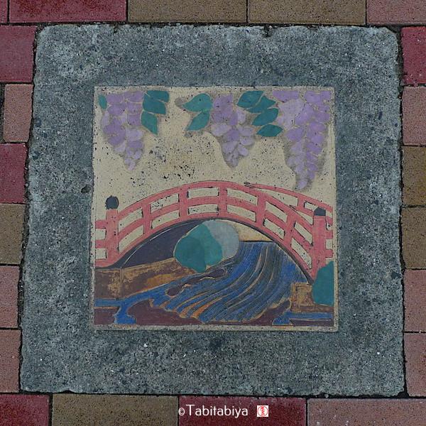 panneau montrant des glycines en fleur, fuju, sur le chemin à Kaleido Tenjin, à Tokyo, Tabitabiya boutique japonaise en ligne