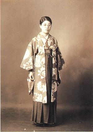 Jeune fille de l'Ere Meiji habillée formellement avec un haori au dessus de son hakama