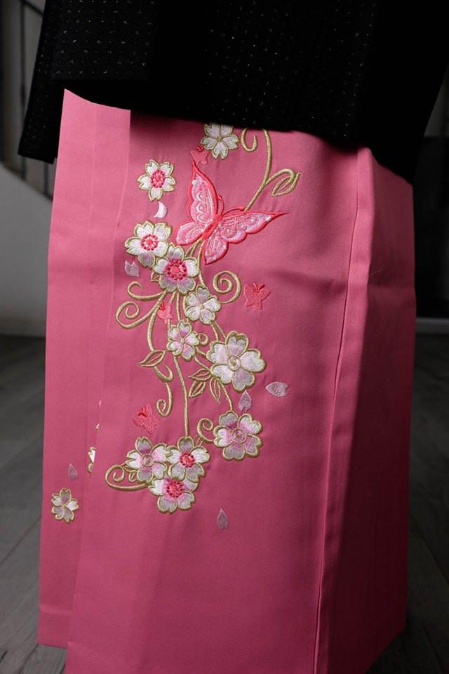 Papillons et fleurs de cerisiers sur un kimono