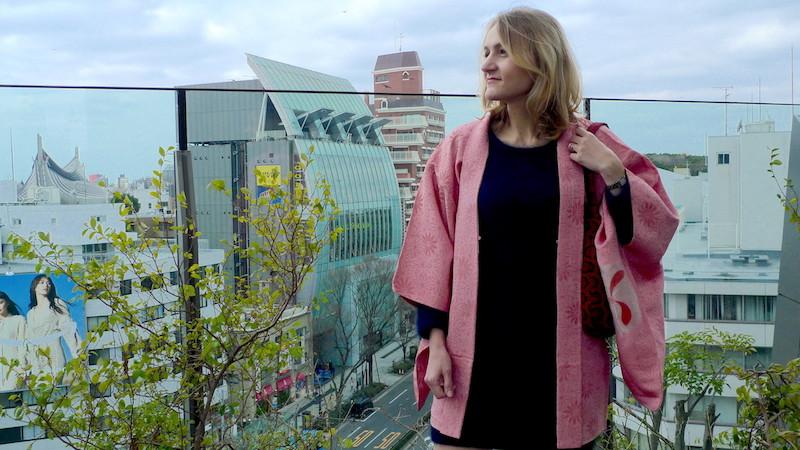 Jeune femme portant un haori vintage Tabitabiya boutique japonaise