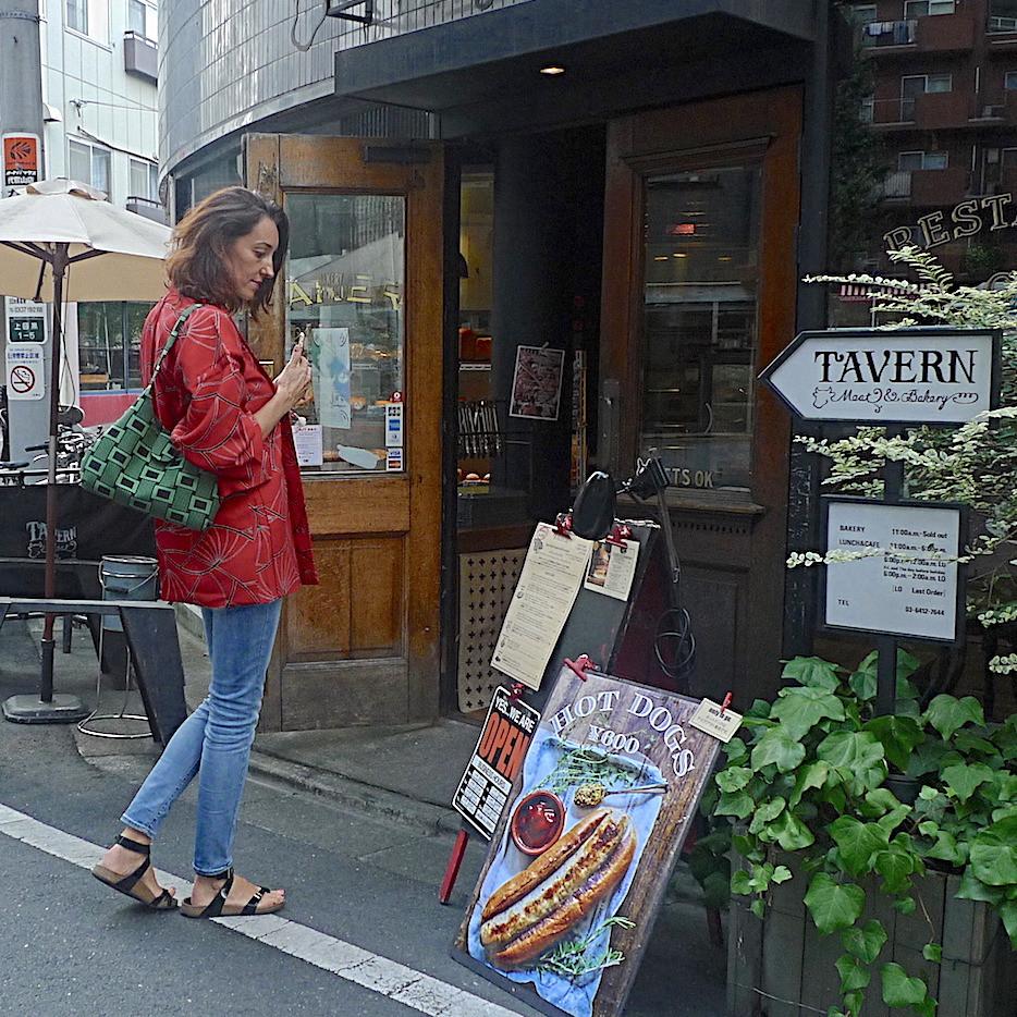 Jeune femme portant un haori vintage, veste de kimono, pour sa sortie au restaurant