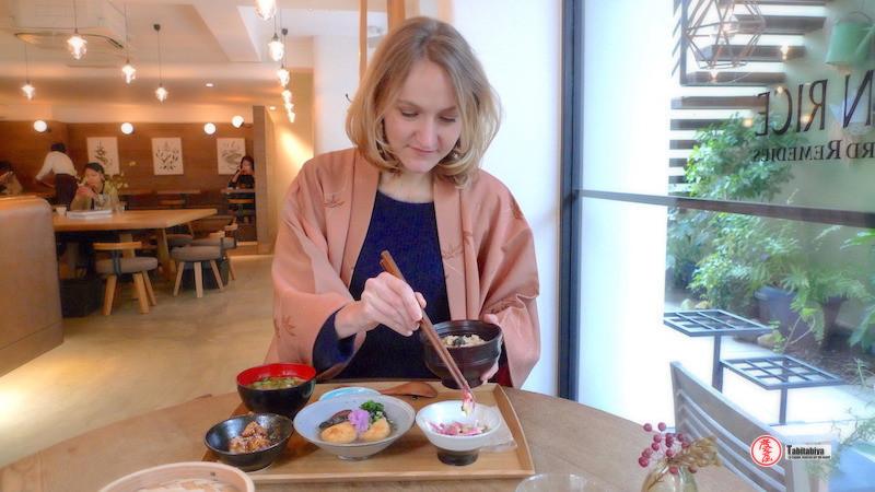 Femme portant un haori, veste kimono, dans un restaurant, Tabitabiya boutique japonaise