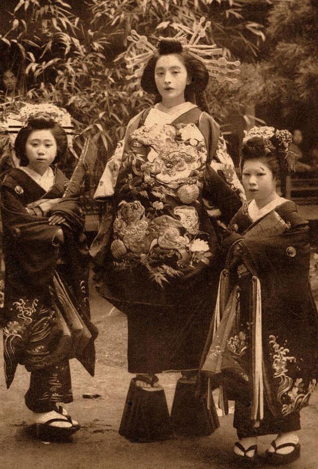 photo d'une Oiran, courtisane du plus haut rang, au 19ème siècle, avec le obi noué sur le devant.