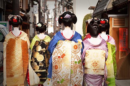 Geisha et Maïko portant darari et maru obi