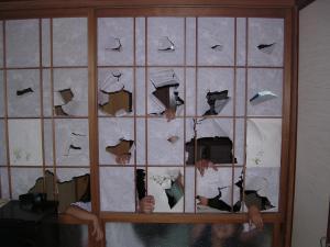 Enfants déchirant le papier des shōji pour le Nouvel An japonais