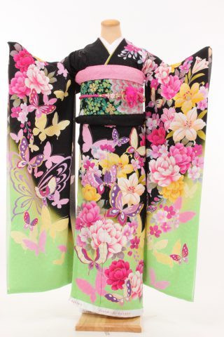 Kimono furisode au motif de papillons virevoltants en groupe