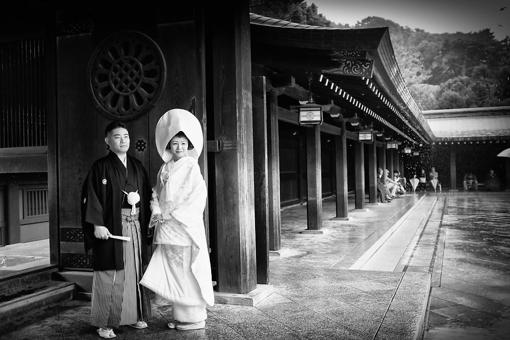 homme porte un haori noir avec le blason familial montsukikurobaori 紋付黒羽織  avec son hakama pour sa cérémonie de mariage