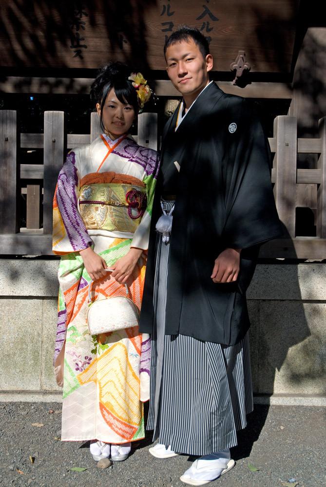 jeune homme porte un haori noir avec le blason familial montsukikurobaori 紋付黒羽織  avec son hakama