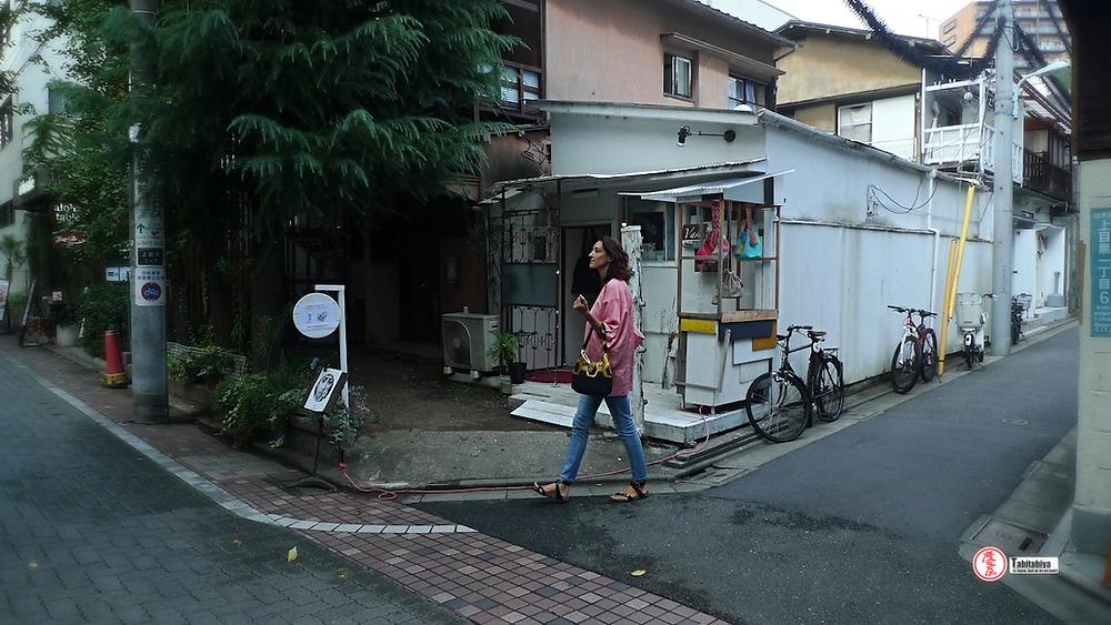femme portant un haori veste kimono dans la rue à Tokyo Tabitabiya boutique japonaise