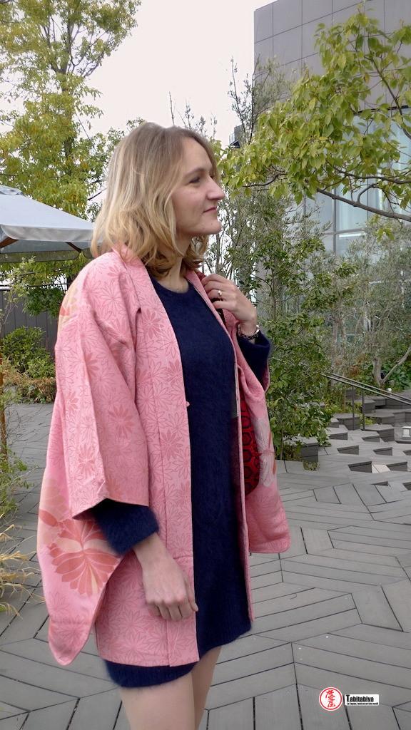 Femme portant un haori, veste pour kimono, dans la rue à Tokyo, Tabitabiya boutique japonaise