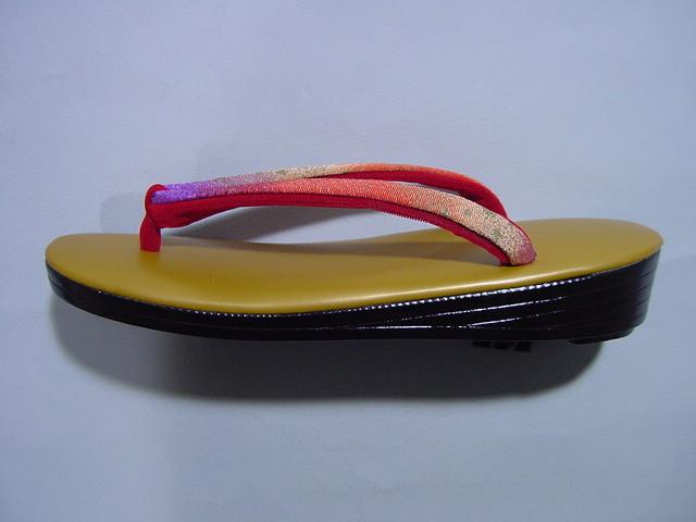 photo de zori, chaussures japoanises traditionnelles pour porter avec un kimono