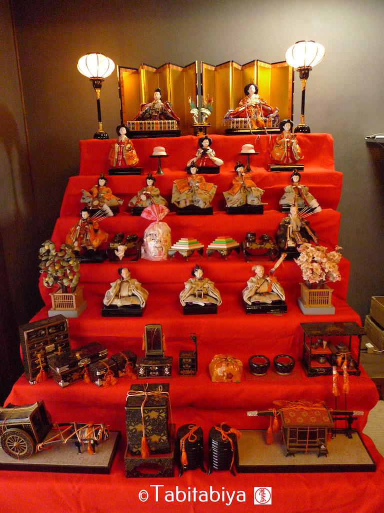 Voici à quoi ressemble aujourd'hui un set complet de poupées hina, hina-ningyo 雛人形 :