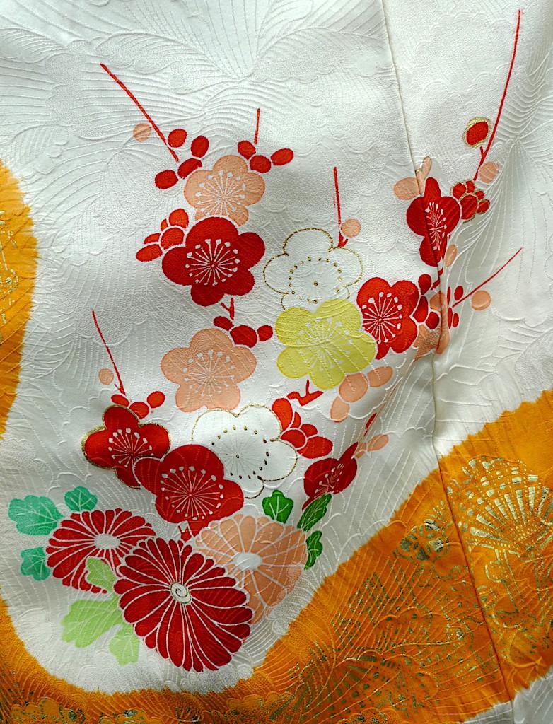 Ume motif japonais de fleurs de prunier sur un kimono