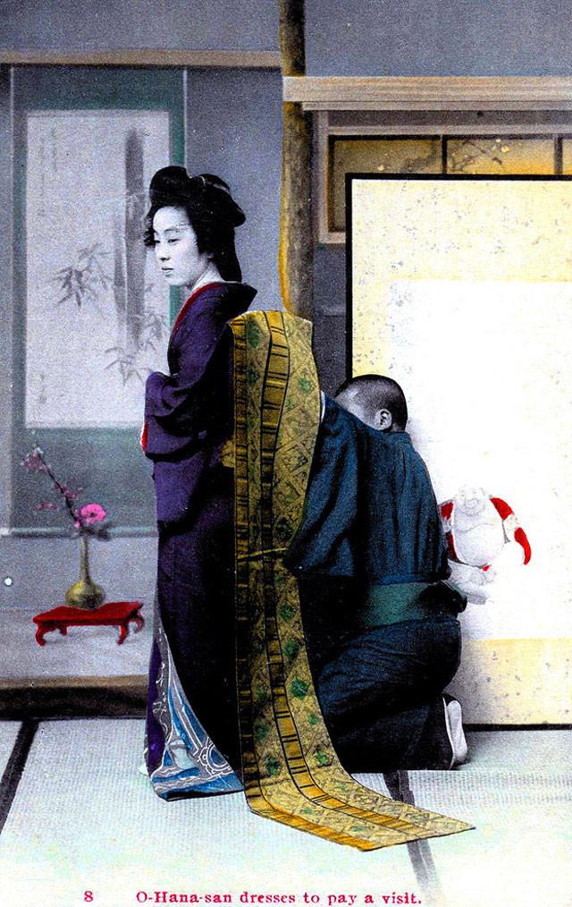 Courtisane qui se fait nouer son obi avant  de sortir, 1909