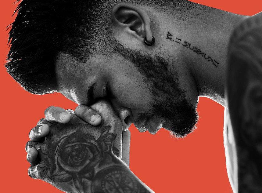 man-tattooed-praying-1278566.jpg