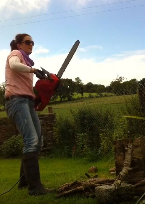 Ann-Kiernan-with-a-chainsaw-artist-inter