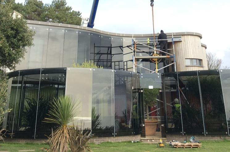Lifting curved glass.jpg