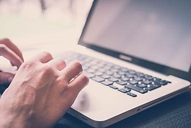 Image d'illustration, main sur un clavier d'ordinateur