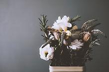 Regalos diferentes con flores, realizadas en cajas de madera para regalar desde nuestra tienda floristeria la alqueria en Valencia