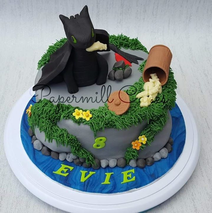Loved making this cake!! Here we have Toothless from _How to train your dragon_ sitting on a rock an