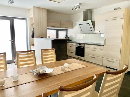 Essbereich mit Blick zur Küche und Eingang
