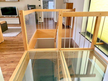 Holztreppe mit Glasboden