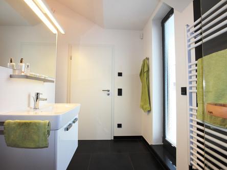 Bad mit Dusche im OG und Zugang zur Sauna