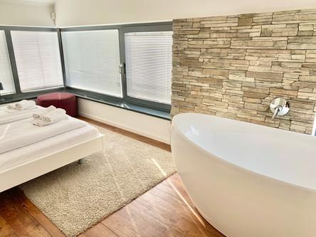 Schlafzimmer 1 im OG mit Badewanne und Meerblick