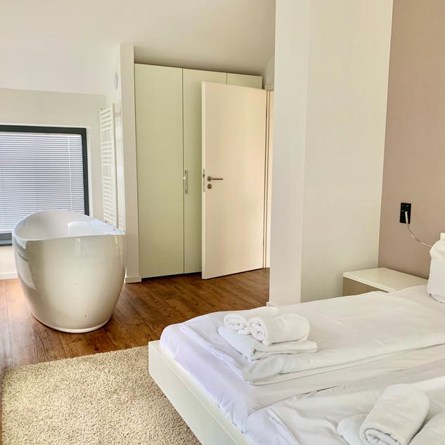 Schlafzimmer 1 mit Badewanne