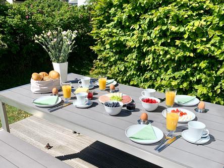 Frühstücken im Garten auf der Terrasse