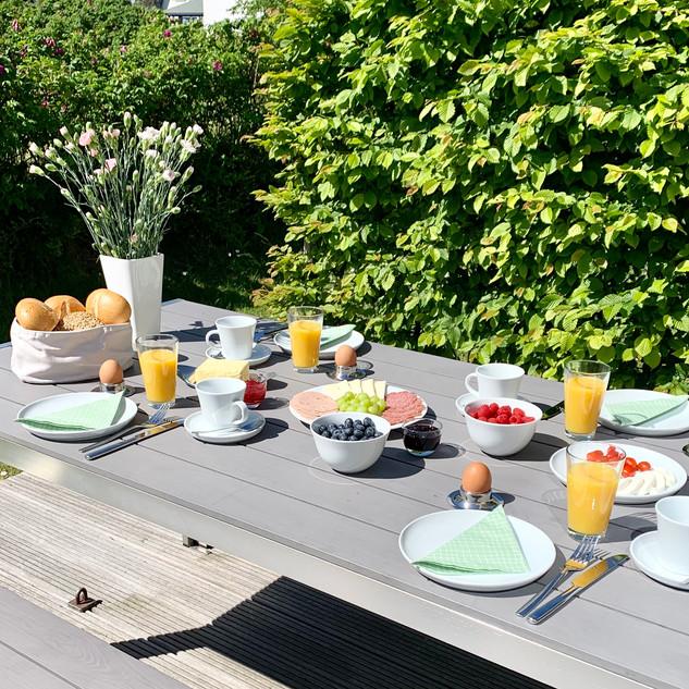 Frühstück im Garten auf der Terrasse