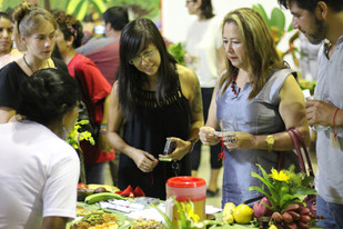 Gli invitati assaggiano i piatti amazzonici