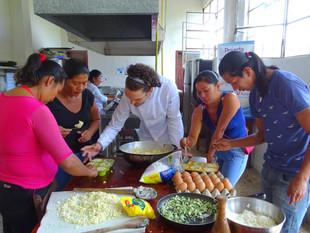 Preparazione dei tortini di yuca a Casa Bonuchelli