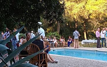 Le vin d'honneur se prend autour de la piscine.