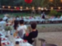 Les tables disposées en un grand U convivial ont été parées de précieuses nappes en cotonnade et lin couleur terre.