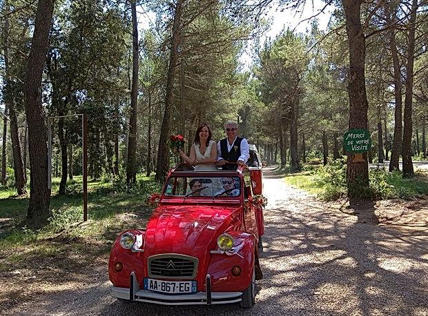 Au Domaine des Danjean, les mariés arrivent au volant d'une magnifique 2 chevaux.
