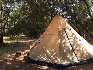 Camping dans le parc et tente nuptiale installée par les témoins