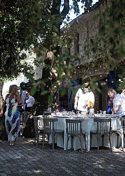 Les invités s'installent selon le plan de tables
