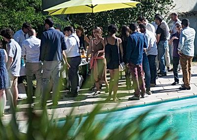 vin d'honneur est dressé autour de la piscine du Domaine des Danjean